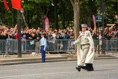 Coronel en el desfile militar (desfiladero) durante el ceremonial del día nacional francés, avenida de Elysee de los campeones Fotos de archivo