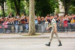 Coronel en el desfile militar (desfiladero) durante el ceremonial del día nacional francés, avenida de Elysee de los campeones Foto de archivo