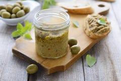 Coronilla de aceitunas verdes en tarro Cocina de Grecia Foto de archivo libre de regalías
