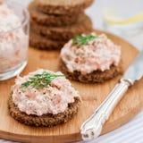 Coronilla del salmón ahumado, del queso cremoso, del eneldo y del rábano picante en el Br de Rye Imagen de archivo libre de regalías