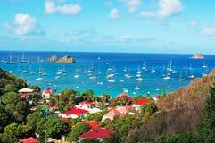 从Corossol看的Gustavia港口全景,小山,红色屋顶,圣Barth,风船 库存照片
