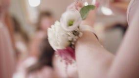 Corpetto sul polso di una donna sulle nozze video d archivio