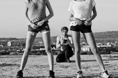 Corpi di resto di estate delle donne e delle gambe in breve e le scarpe di sport Fotografia Stock Libera da Diritti