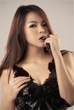 Corpo bonito novo da mulher coberto com o chocolate escuro Fotografia de Stock