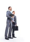 Corpo completo de dois homens de negócios novos felizes fotografia de stock