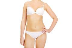 Corpo da jovem mulher magro no roupa interior branco foto de stock royalty free
