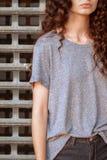 Corpo da menina na frente da grade do metal, conceito do prisioneiro do adolescente ou da vítima do abuso imagem de stock
