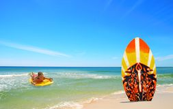 Corpo da menina que surfa para a placa na praia Foto de Stock Royalty Free