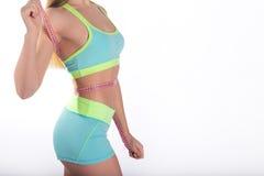 Corpo da mulher da aptidão com a fita de medição na cintura Fotos de Stock Royalty Free