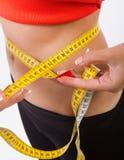 Corpo da mulher do emagrecimento na cuecas com medida Fotografia de Stock Royalty Free