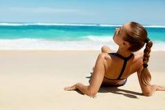 Corpo da mulher no verão Menina no biquini que bronzea-se na praia foto de stock royalty free