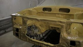 Corpo de carro em seguida na pintura da caixa filme