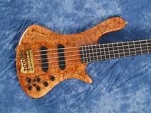 Corpo de madeira modelado curvado da guitarra baixa fotos de stock