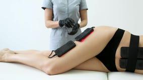 Corpo de procedimentos cosm?tico que d? forma ? cl?nica da beleza das anti-celulites da massagem da mulher video estoque