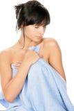 Corpo de secagem da mulher com toalha imagem de stock royalty free