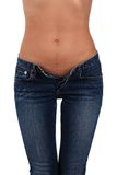 Corpo de uma mulher nova nas calças de brim fotografia de stock
