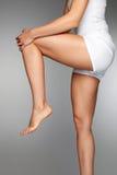 Corpo della donna? con un particolare del sole Chiuda su di belle gambe femminili con dolore in ginocchio Immagini Stock
