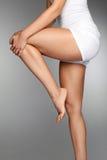Corpo della donna? con un particolare del sole Chiuda su di belle gambe femminili con dolore in ginocchio Fotografie Stock