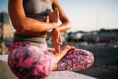 Corpo della persona femminile nella posa di yoga, formazione degli Yogi fotografia stock libera da diritti