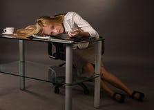 Corpo della ragazza di istituto universitario senza vita Fotografia Stock