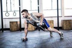 Corpo destacado do homem forte que levanta peso no gym imagens de stock