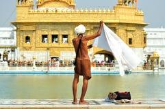 Corpo di lavaggio nel tempiale dorato, Amritsar di Sihk Fotografia Stock Libera da Diritti