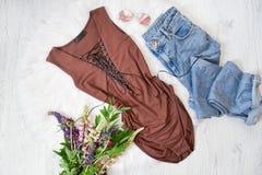 Corpo e blue jeans di Brown Mazzo dei fiori selvaggi Backgr bianco Immagini Stock