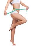 Corpo e fita de medição da mulher desportiva fotos de stock royalty free