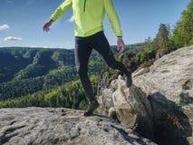 Corpo e sombra do corredor na rocha do arenito Homem Running fotos de stock royalty free