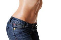 Corpo feminino bonito nas calças de brim Fotografia de Stock Royalty Free