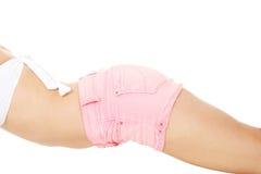 Corpo magro da mulher no short imagem de stock