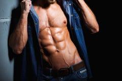 Corpo muscular e 'sexy' do homem novo do esporte nas calças de brim Fotos de Stock Royalty Free