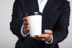 Corpo sparato dell'uomo d'affari Holding Coffee immagine stock