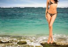 Corpo Tanned da mulher no biquini fotos de stock