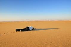 Corpo umano nel deserto fotografie stock libere da diritti