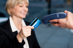 Corporate lady swiping her card to pay Royalty Free Stock Photos