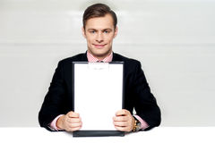 Corporate man showing blank clipboard Royalty Free Stock Images