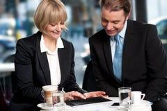 Corporates que discute negocio sobre un café foto de archivo libre de regalías