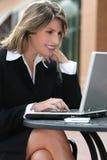 Corporativo, mujer de negocios con la computadora portátil al aire libre Imagenes de archivo