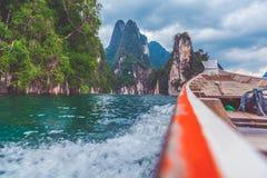 Corps de l'eau de croisement de petit bateau Photo stock