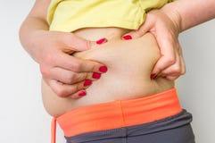 Corps de poids excessif de femme avec de la graisse sur des hanches - concept d'obésité Image libre de droits