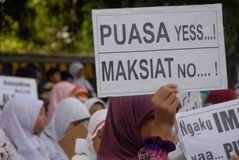 CORPS MUSULMANS INDONÉSIENS POUR LA PEINE DE MORT AUX TRAFIQUANTS DE DROGUE Image stock