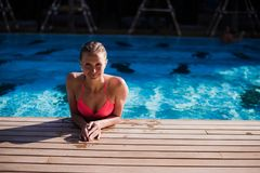 Corps sexy de belle femme Fille détendant dans une piscine à l'été Image libre de droits