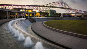 Corpus Christi Harbor Bridge och vattenträdgårdar på natten Fotografering för Bildbyråer