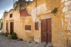 Corra abajo de casas cerca de la iglesia del Santo-Marie-du-Bourg Fotos de archivo libres de regalías