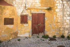 Corra abajo de casas cerca de la iglesia del Santo-Marie-du-Bourg Fotos de archivo