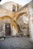 Corra abajo de casas cerca de la iglesia del Santo-Marie-du-Bourg Fotografía de archivo