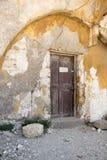 Corra abajo de casas cerca de la iglesia del Santo-Marie-du-Bourg Fotografía de archivo libre de regalías