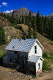 Corra abajo de hogar en las montañas Imagenes de archivo