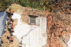 Corra abajo de la pared de ladrillo de un edificio viejo Foto de archivo